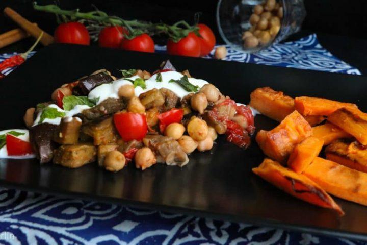 Auberginen Kichererbsen Gericht mit Koriander, Minze und Süßkartoffeln