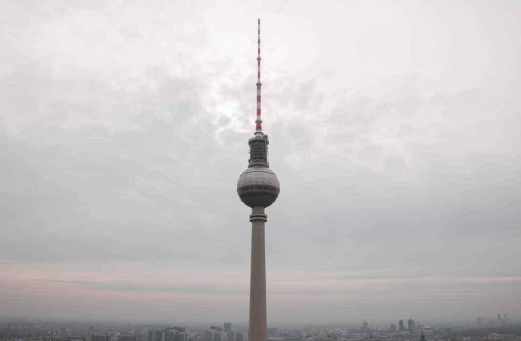 Aussichtsplattformen in Berlin das Parkinn mit Blick auf den Fernsehturm