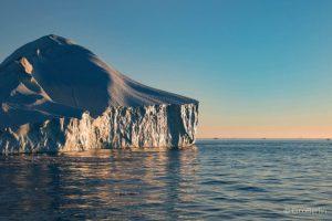 Mitternachtssonne und Eisberge in Ilulissat