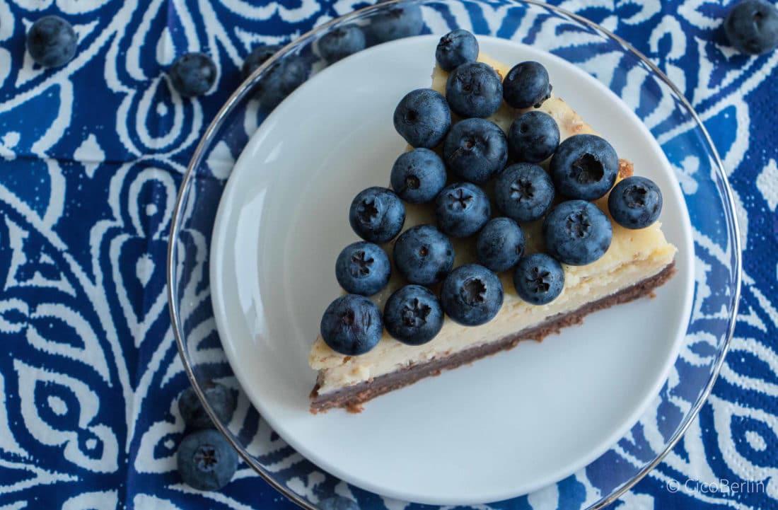 Der macht glücklich: cremiger amerikanischer Käsekuchen mit Blaubeeren und Schokolade , Blueberry Chocolate Cheesecake, Rezept von CicoBerlin