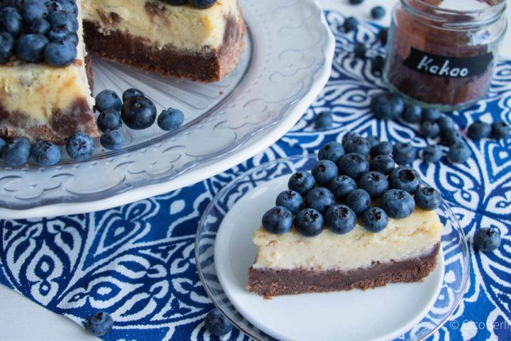 Macht glücklich: cremiger amerikanischer Käsekuchen mit Blaubeeren und Schokolade