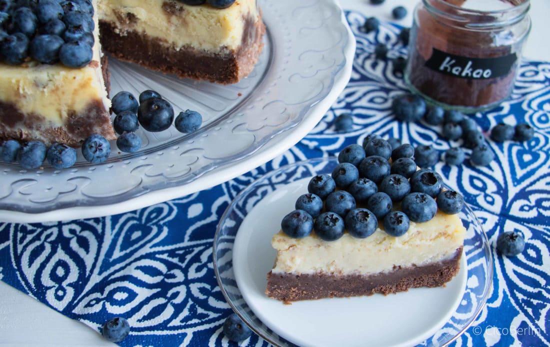 Der macht glücklich: cremiger amerikanischer Käsekuchen mit Blaubeeren und Schokolade Rezept von CicoBerlin