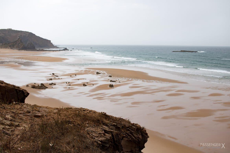 PASSENGER X empfiehlt dir die coolsten Spots für eine Europa Autoreise mit dem Camper Van. Mit dabei ein toller Stellplatz am Praia do Amado.