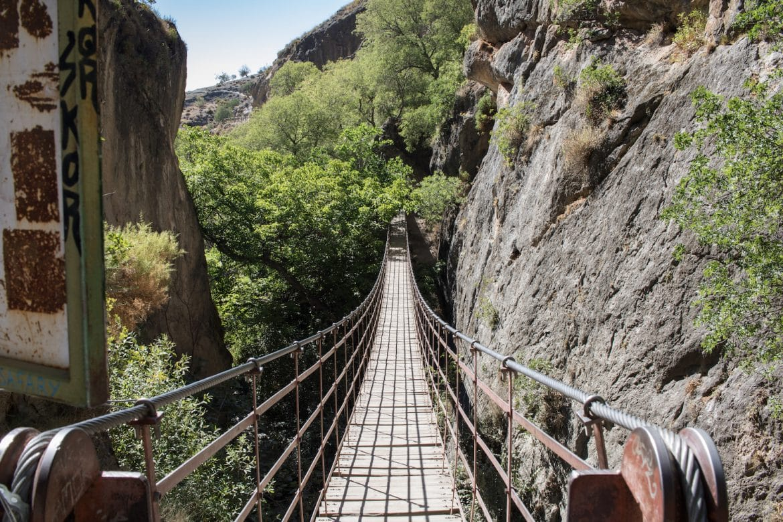 die Hängebrücke von Los Cahorros in der Sierra Nevada. Ein cooler Spot für einen Halt während deiner Europa Autoreise. Mehr Tipps gibt es bei PASSENGER X.