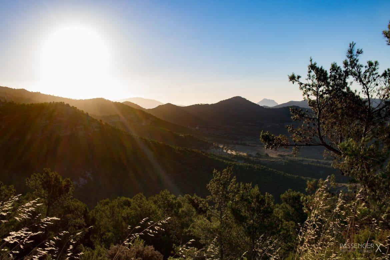 Abendstimmung in der Sierra Nevada Spaniens. Was für ein toller Ort für eine Europa Autoreise. PASSENGER X verrät dir, welche Spots sich sonst noch lohnen.