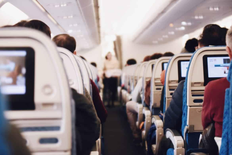 10 Tipps gegen Flugangst. Ein Experte verrät dir, wie du dich im Flieger wieder wohler fühlst.