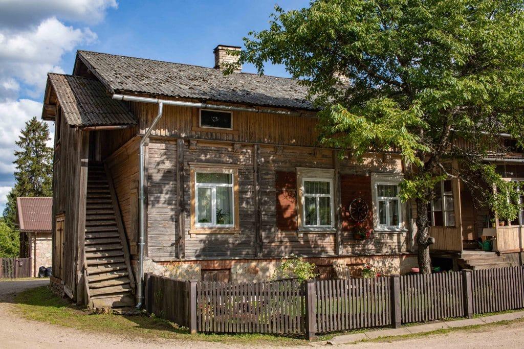 Lettland Sehenswürdigkeiten - Nationalpark Gauja per Road Trip - Holzhäuser Ligatne -Artikel von PASSENGER X