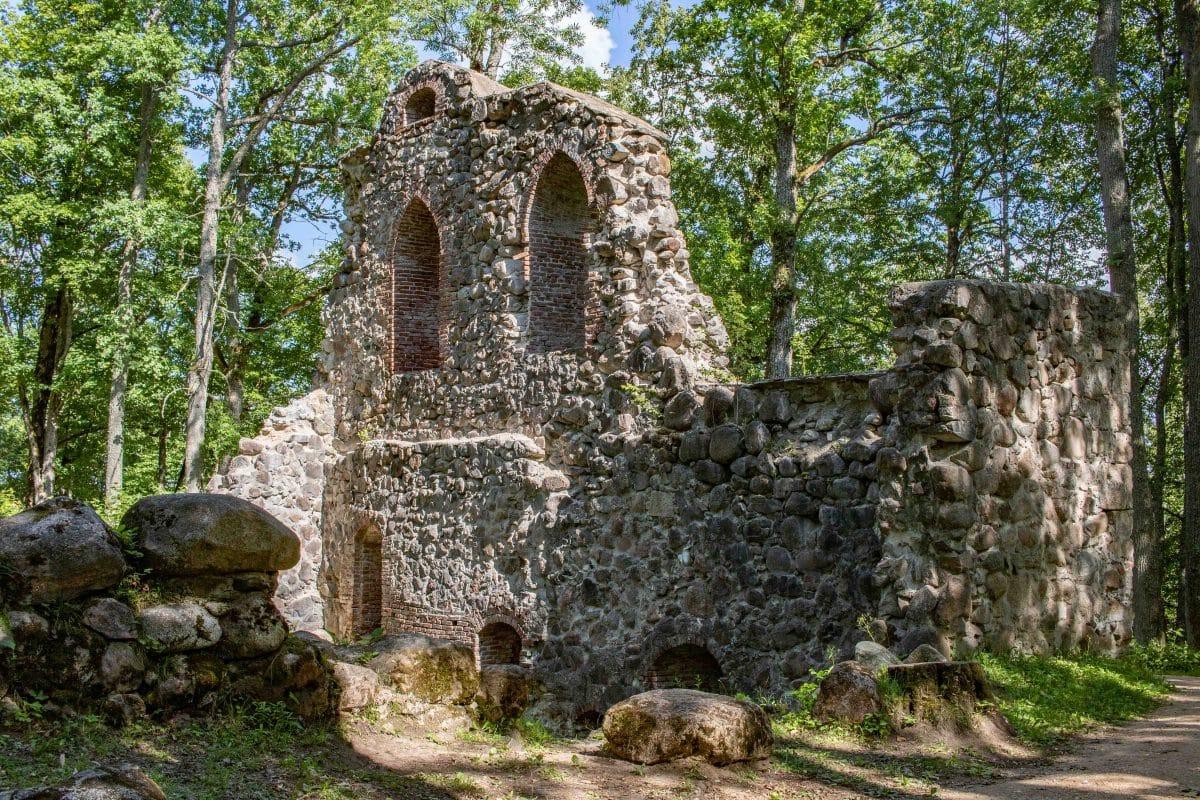 Lettland Sehenswürdigkeiten - die Burgruine Krimulda bei Sigulda