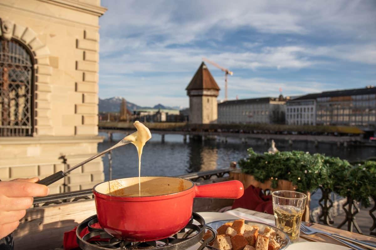 Hier gibt es das beste Schweizer Käsefondue mit der schönsten Aussicht Luzerns - PASSENGER X verrät dir die Adresse