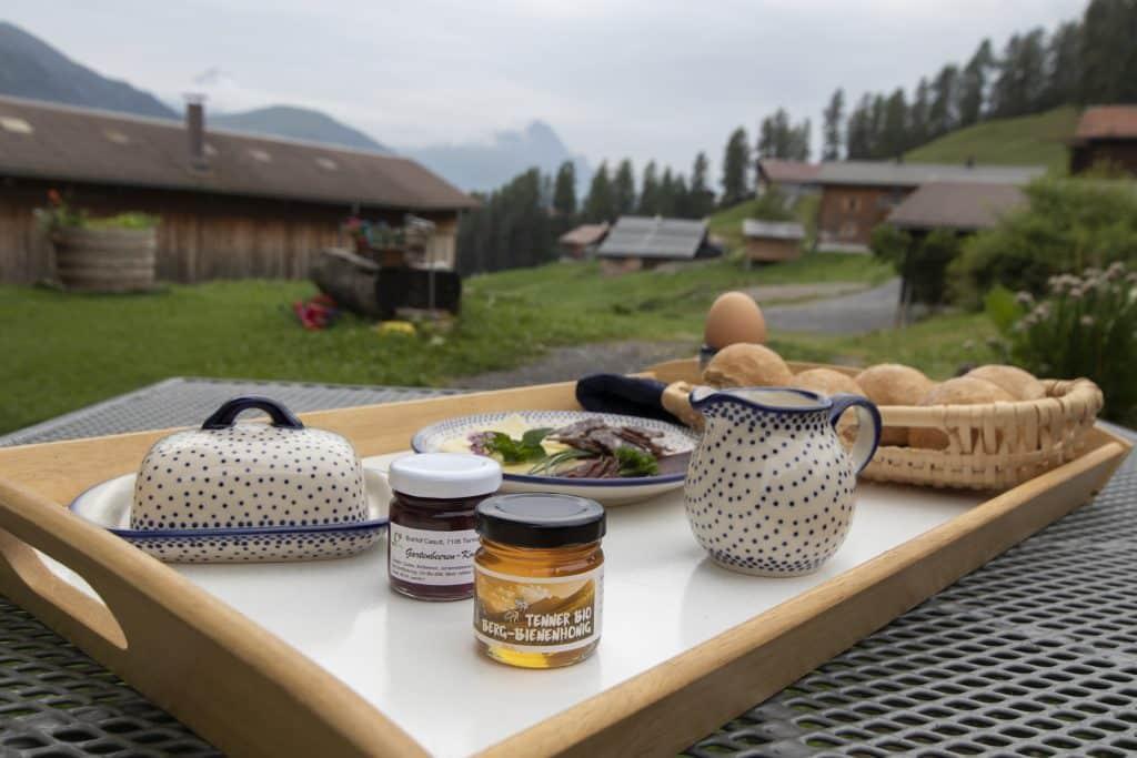 Frühstück auf dem Biohof Casutt_Urlaub im Safiental_Tenna