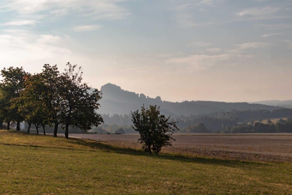 Wandern im Elbsandsteingebirge: unterwegs auf dem Malerweg_Sächsische Schweiz_Herbst_PASSENGER X