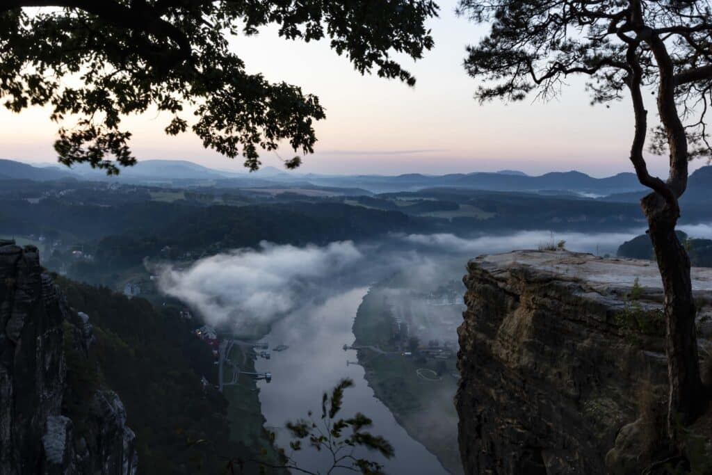 Wandern im Elbsandsteingebirge: unterwegs auf dem Malerweg_Sächsische Schweiz_Elbblick_PASSENGER X