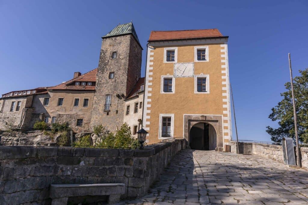 Wandern im Elbsandsteingebirge: unterwegs auf dem Malerweg_Burg Hohnstein_PASSENGER X