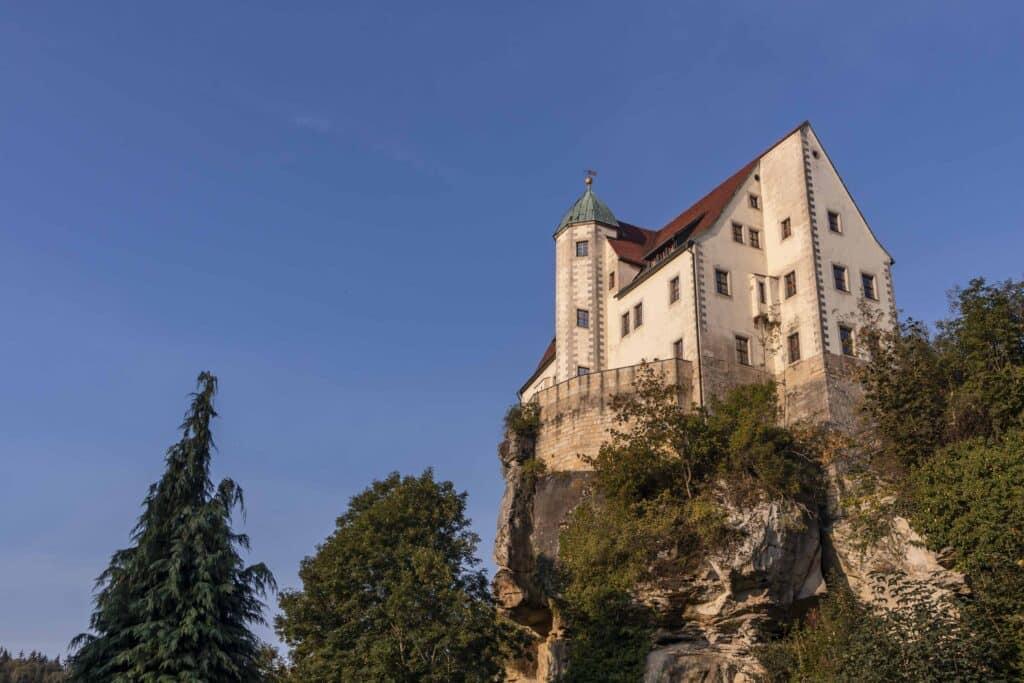 Wandern im Elbsandsteingebirge: unterwegs auf dem Malerweg_Sächsische Schweiz_Burg Hohnstein__PASSENGER X