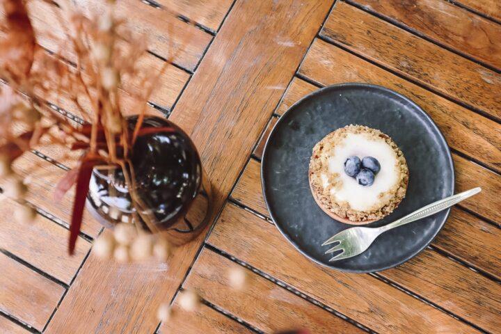 Entspannt unter Bäumen Kaffee und Kuchen genießen im Frank Café