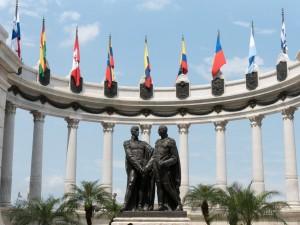 Ecuador-Rundreise-Abflug von Guayaquil. Statue-Simon Bolivar und San-Martin